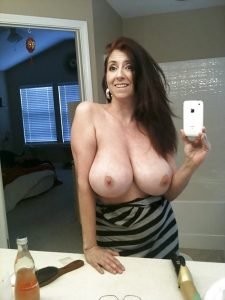 mature brunette gros nichons 07